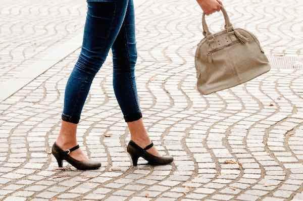 歩く 女性 バッグ