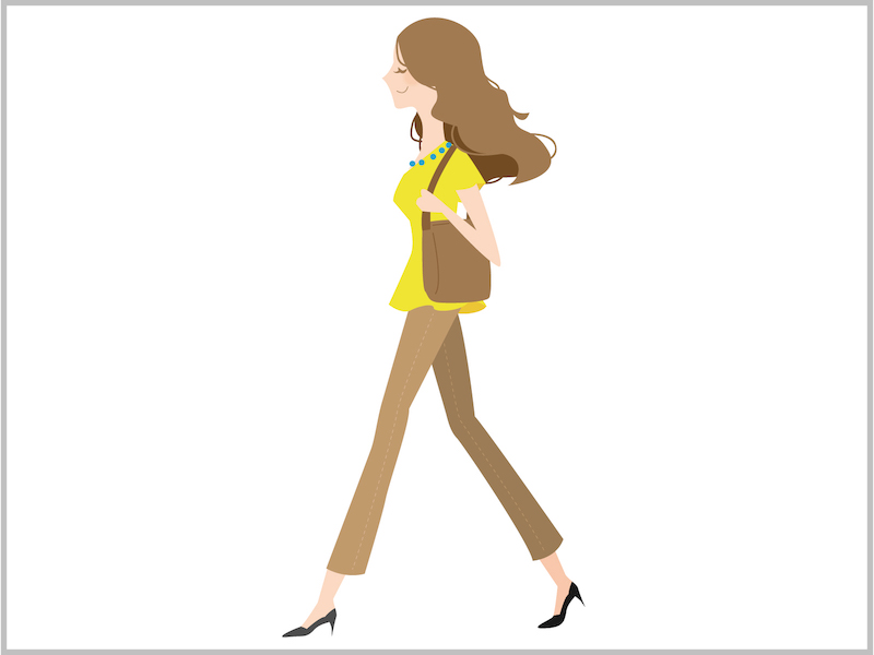 女性 歩く モデル