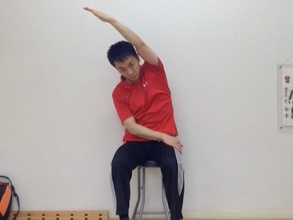 姿勢矯正、座り姿勢で腰伸ばし3