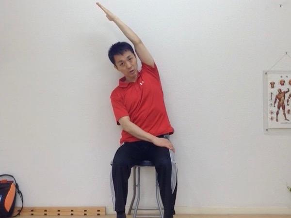 姿勢矯正、座り姿勢で腰伸ばし2